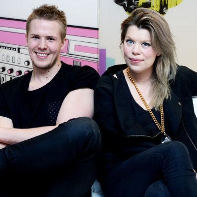 Rony Rex och Emma Kemppainen sitter på en soffa.