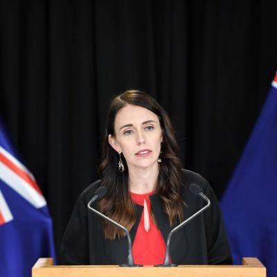 Uuden-Seelannin pääministeri Jacinda Ardern tiedoitustilaisuudessa White Island -saarella tuhoisasti purkautuneen tulivuoren takia.