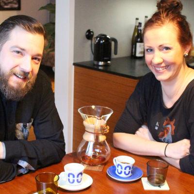 Filip Langhoff och Linda Stenman- Langhoff hemma vid köksbordet, intervju i Morgonöppet