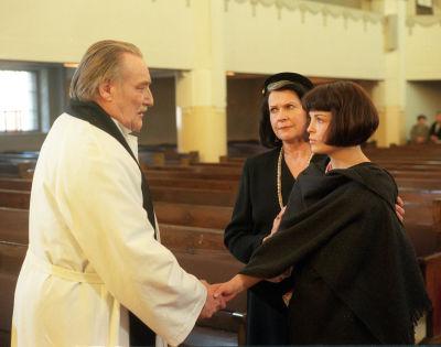 Åke Lindman som präst med Irina Björklund som Alea och Christina Indrenius-Zalewski som hennes mamma i Vägsjälar, 1998