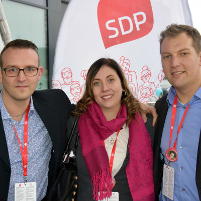 Nils-Johan Englund, Anette Karlsson och Viktor Kock vid SDP:s kongress