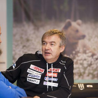 Danielo Muller (vas.) ja ampumahiihtoliiton puheenjohtaja Kalle Lähdesmäki