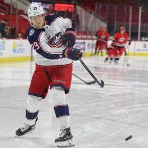 Patrik Laine spelar ishockey.