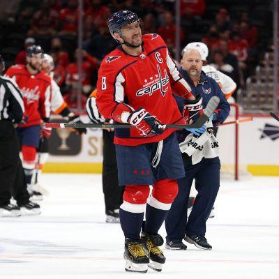 Aleksandr Ovetjkin lämnar isen i smärtor.