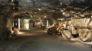 lastbilar inne i kalkgruva