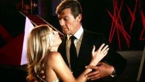 Roger Moore och Britt Ekland i Bond filmen Mannen med den gyllene pistolen (1974).