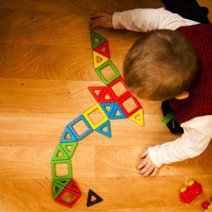 Barn leker.