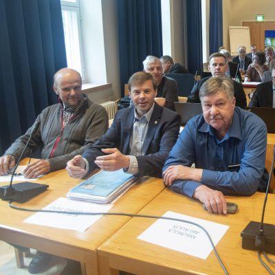 Ett par kommunpolitiker sitter i rättegångssalen i Lapplands tingsrätt.