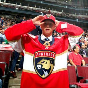 Juniorlöftet Aleksi Heponiemi i Florida Panthers röda speltröja.