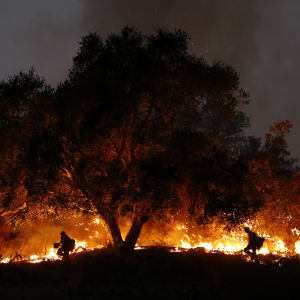 Två brandsoldater bekämpar skogsbranden i Kalifornien i december 2017.