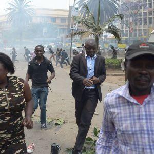 Oppositionsanhängare flyr undan tårgasen vid en demonstration i Nairobi onsdagen 11.10.2017.
