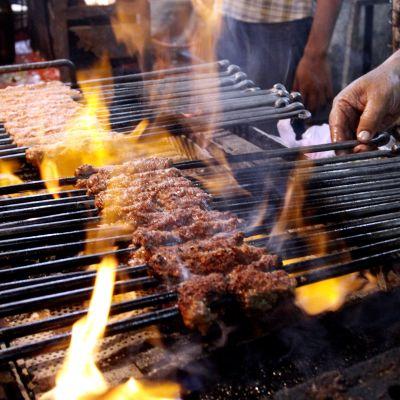Tillredning av indisk kabab i Bhopal.