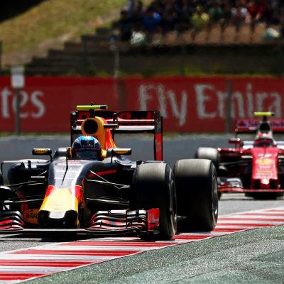 Max Verstappen och Kimi Räikkönen i farten under F1-GP.