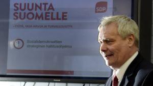 SDP:s ordförande Antti Rinne presenterar SDP:s strategiska regeringsprogram 31.3.2015.