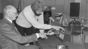 Två män i en radiostudio.