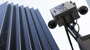 Trump Tower i New York med en övervakningskamera i förgrunden.