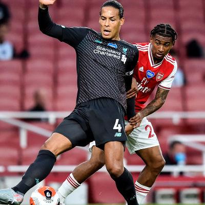 Reiss Nelson sätter press på Virgil van Dijk och sekunder senare är det kvitterat till 1–1.