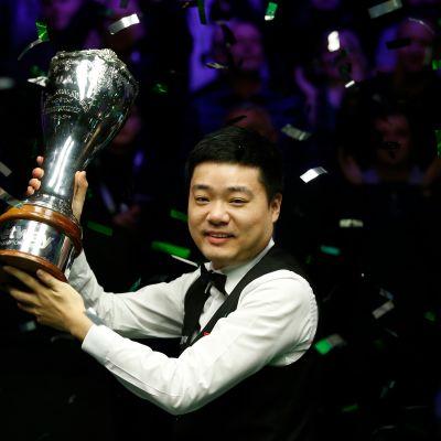 Snookertähti Ding Junhui pääsi joulukuussa juhlimaan UK Championship -turnauksen voittoa kolmatta kertaa urallaan. Aiemmat mestaruudet ovat vuosilta 2006 ja 2009.