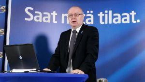 Jari Lindström i talarstol.