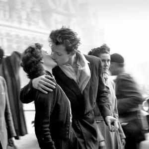 Robert Doisneaun valokuva Le baiser de l'hotel de ville. Kuva dokumenttielokuvasta Kameran takana Robert Doisneau.