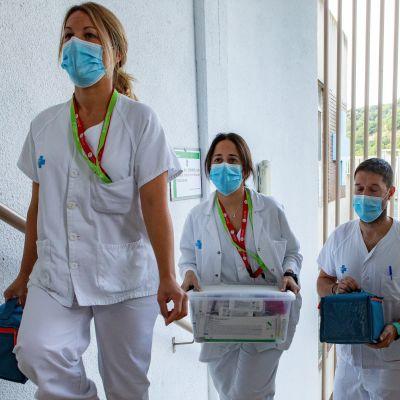 sairaanhoitajat rokotteiden kanssa