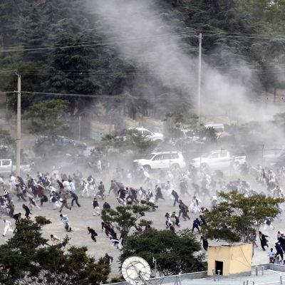 Begravningsgäster flyr undan explosionerna i Kabul på lördagen. 3.6.2017
