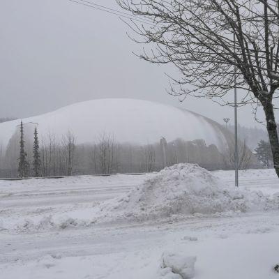 Lumimyrsky 12.1.2021. Lumen painosta painut kuplahalli Turun Nättinummessa.