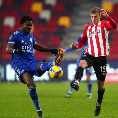 Leicesterin Daniel Amartey ja Brentfordin Marcus Forss kamppailevat pallosta.