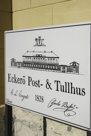 Skylt med texten Eckerö post- och tullhus 1828.