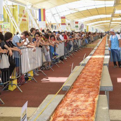Världens längsta pizza bakades vid världsutsällningen i Milano i juni 2015.