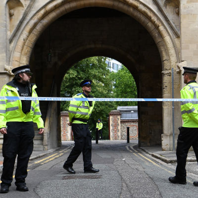 Ännu på vid middagstid på söndag bevakades avspärrningarna kring Forbury Gardens i Reading av polisen.