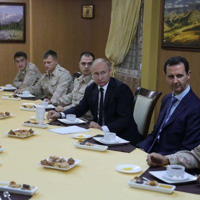 Rysslands president Vladimir Putin och Syriens president Bashar al-Assad under Putins besök på flygbasen Hmeimim i provinsen Latakia i december 2017.
