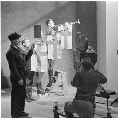 Elokuvateattereissa esitettävän viikkokatsauksen alkufanfaaria kuvattiin Helsingissä talvisodan aikaan, helmikuussa 1940.