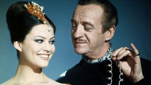 Claudia Cardinale och David Niven med diamanthalsband i handen i filmen Pink Panther 1963.