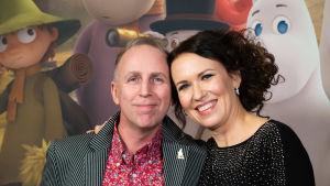 Ohjaaja Steve Box ja Marika Makaroff hymyilevät kameralle.