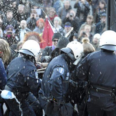 Helsingforspolisen fick ta till pepparspray mot demonstranter som visade sitt missnöje mot det politiska läget i Finland den 25 april 2014.