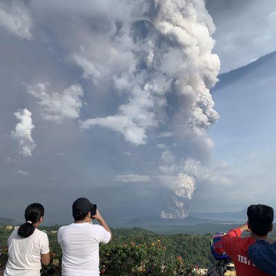 Vulkanen Taal finns på en liten ö i en sjö cirka 60 kilometer söder om Manila. I den närliggande staden Tagaytay kunde människor på söndagen fotografera askpelaren från vulkanen.