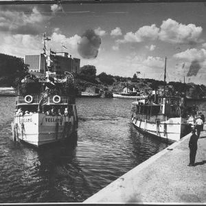 """Matkustajalaiva """"Vellamo"""" saapuu Viipurin eteläsatamaan, taustalla Viipurin maakunta-arkisto"""