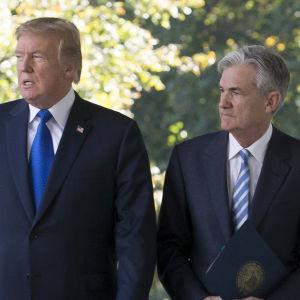 Donald Trump och Jerome Powell vid Vita husets trädgård.