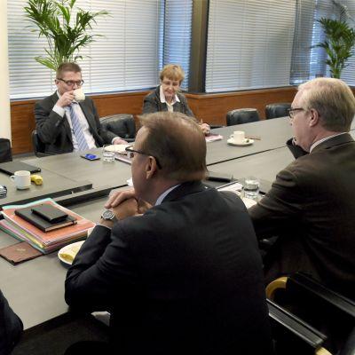 Jyri Häkämies från EK och FFC:s Lauri Lyly under förhandlingar för att nå samhällsfördrag.
