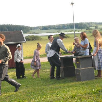 Pjäsen Grytan full har premiär i Sjundeå den 18 juli 2014.