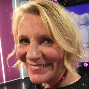 Kirjailja ja ohjaaja Heidi Köngäs Puoli seitsemän -ohjelman studiossa