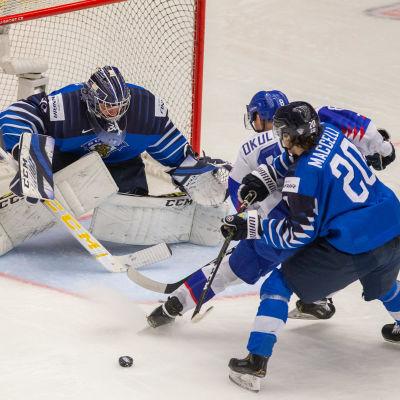 Justus Annunen vaktar målet och och Matias Maccelli krigar om pucken i en match mot Slovakien.