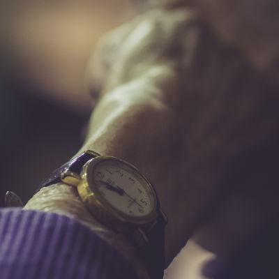En äldre dams händer
