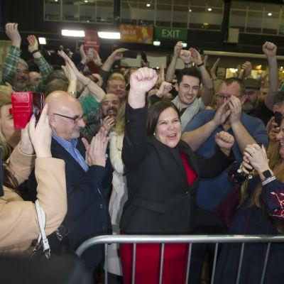 Sinn Féinin johtaja  Mary Lou McDonald tuulettaa kuullessaan tulleensa valituksi.