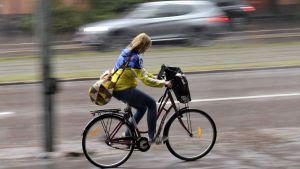 Cyklist i regn