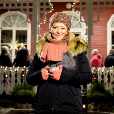 Elin Skagersten-Ström framför Strömsö villan.