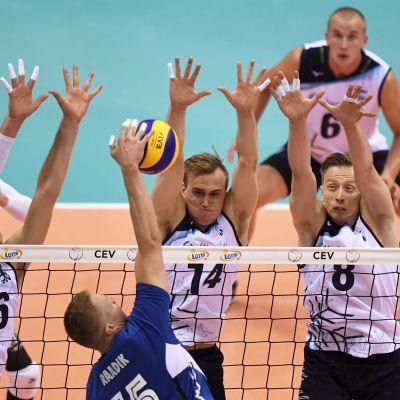 Finländska spelare vid nätet, blockar en boll