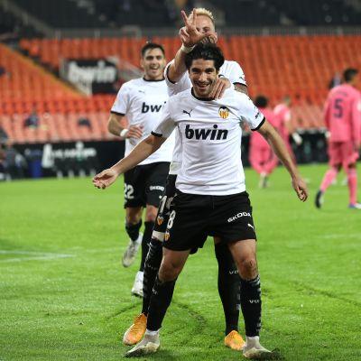 Carlos Soler juhlii maalia.