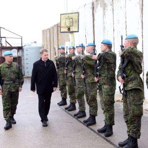 Republikens president Sauli Niinistö inspekterade trupperna i Libanonen år 2014.